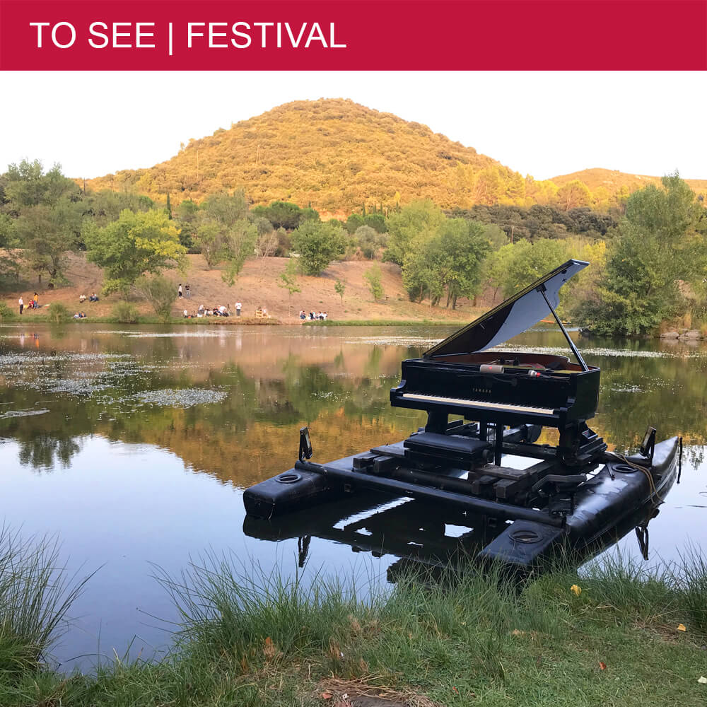 Le Piano du Lac makes pianos float on water